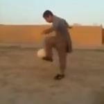"""شاهد..طفل من بلوشستان ينافس ميسي ورونالدو في """"حرفنة"""" كرة القدم-فيديو"""
