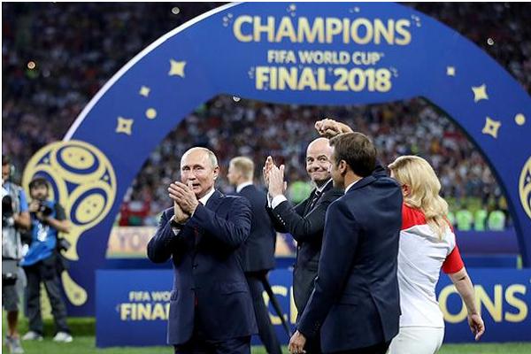 """""""بوتين"""" يقدم هدية لجماهير كأس العالم"""