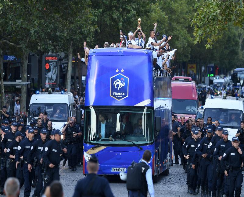"""بالفيديو.. عشرات الآلاف يستقبلون منتخب """"الديوك"""" وسط باريس بعد تتويجه بمونديال روسيا"""