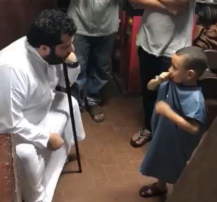 شاهد بالفيديو والصور..تركي آل الشيخ يزور أحد مشجعي بيراميدز في منزله المتواضع..ومفاجأة سارة لنجله الصغير!