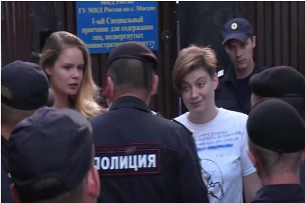 بالفيديو.. مقتحمو ملعب نهائي كأس العالم لكرة القدم في قبضة الشرطة الروسية بتهم جديدة