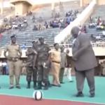 بالفيديو.. موقف محرج لوزير أوغندي أمام الجماهير والكاميرات
