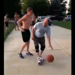 بالفيديو.. يخدع ابنه بحركة لم يخترعها بعد لاعبو الـ NBA لكرة السلة