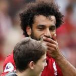 بالفيديو والصور.. طفل يقتحم مباراة ليفربول ووستهام لاحتضان محمد صلاح