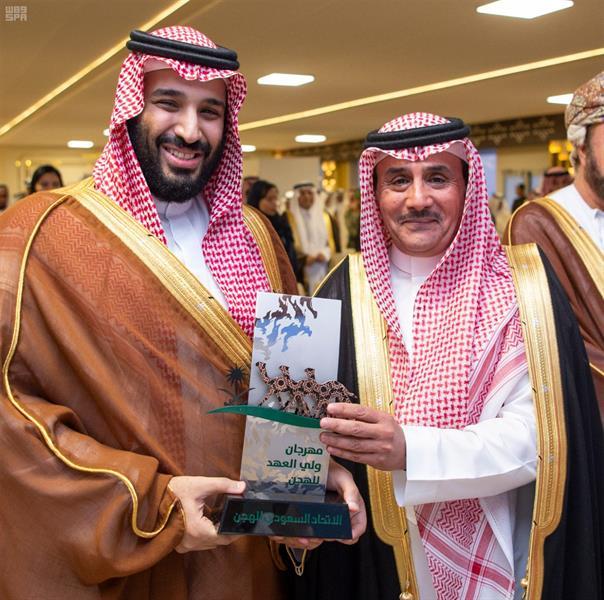 بالصور.. ولي العهد يسلم الجوائز للفائزين بالمراكز الأولى في مهرجان الهجن