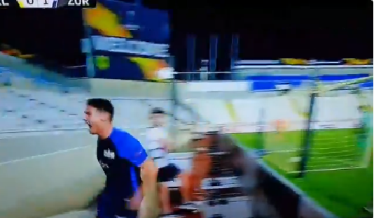 بالفيديو.. لاعب فريق سويسري يسقط في حفرة عميقة خلال احتفاله بهدف