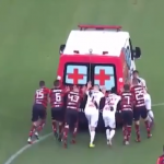 بالفيديو.. لاعبون أنقذوا سيارة إسعاف في الملعب