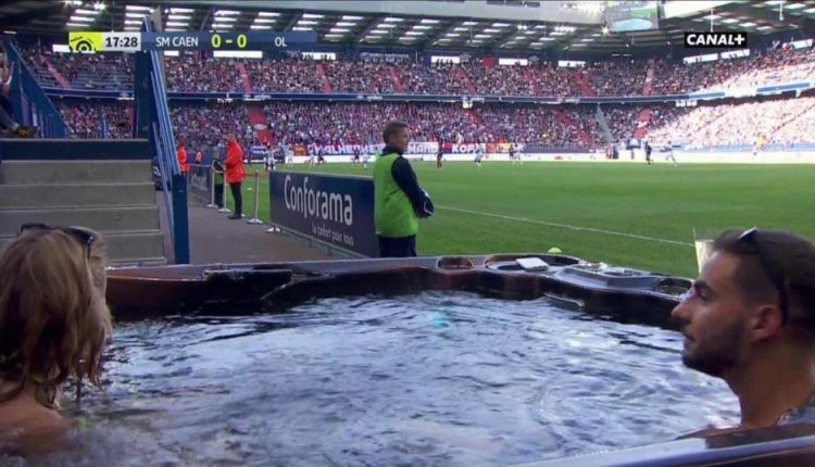 مشجعان يشاهدان مباراة في الدوري الفرنسي من مكان غريب (صورة)