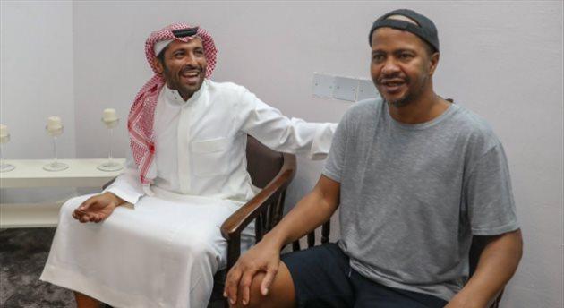 """بالصور.. """"محمد بن فيصل"""" يزور لاعب الهلال السابق """"خميس العويران"""""""