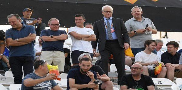 بالصور.. قبل مباراة باوك اليوناني رئيس تشيلسي يوزع أكياس رقائق البطاطس على المشجعين