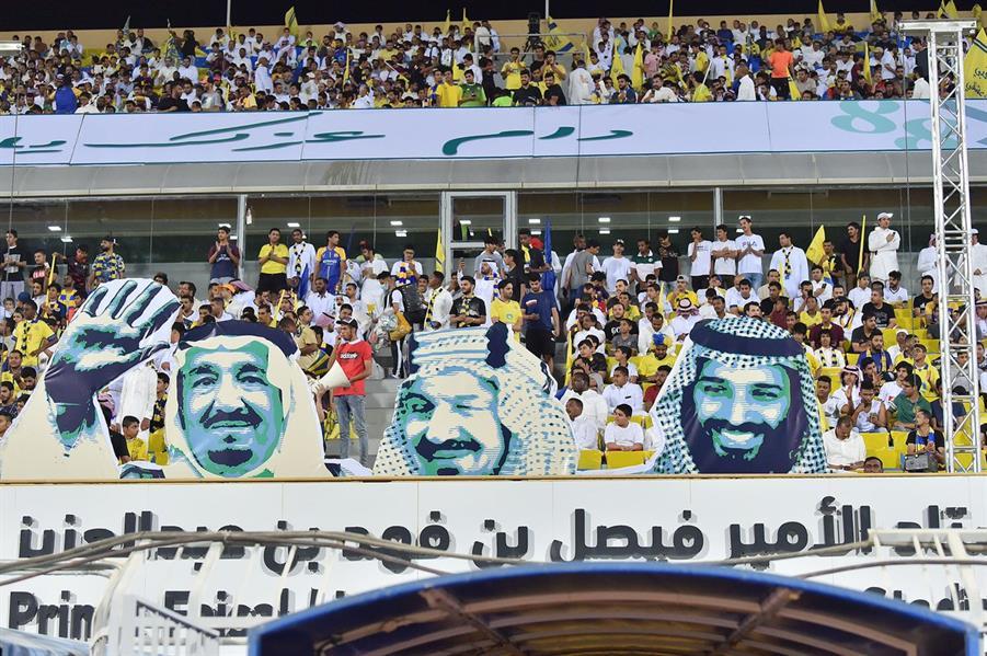 شاهد .. لحظة رفع تيفو النصر أمام التعاون
