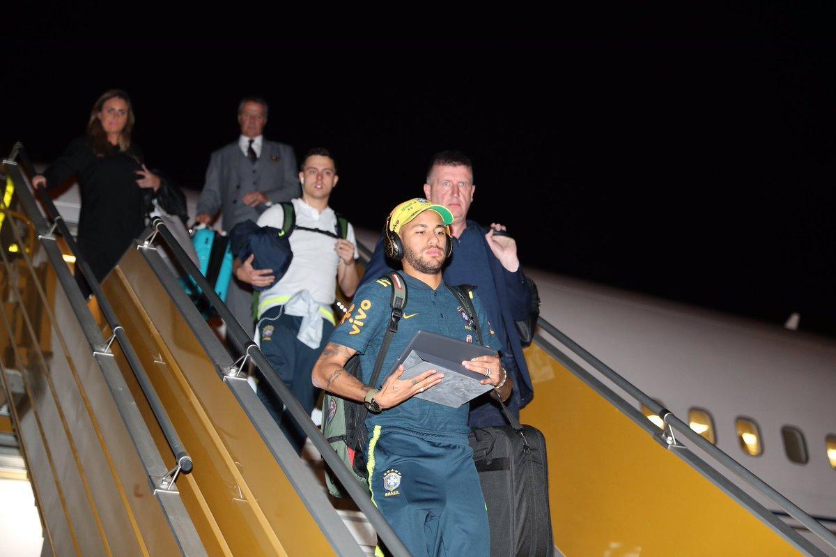 """شاهد.. لحظة وصول بعثة منتخب البرازيل إلى الرياض لخوض """"سوبر كلاسيكو"""""""