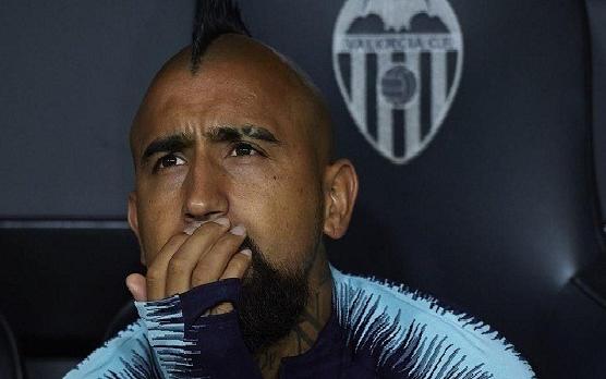 مدير برشلونة: فيدال تعامل بعدم احترام مع زملائه