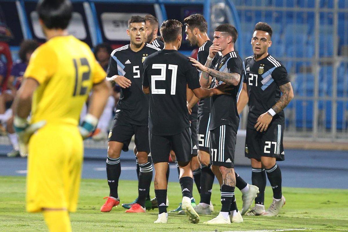 هدية غالية من المنتخب السعودي للأرجنتين