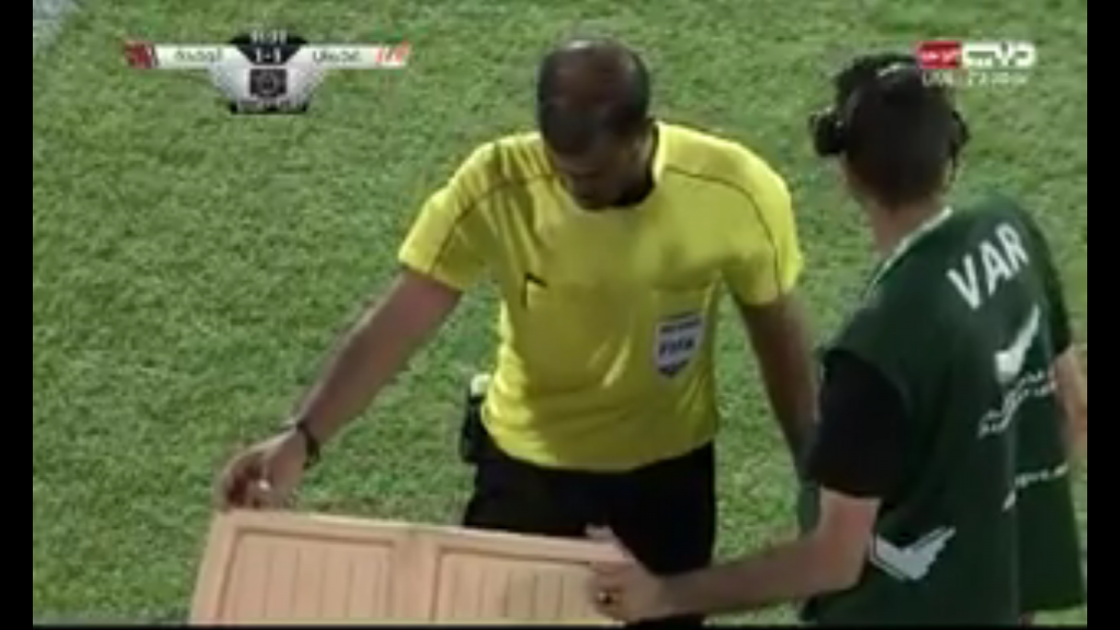 """شاهد..واقعة مثيرة: وضع جهاز تقنية الفار في """"ثلاجة"""" خلال مباراة في الدوري الاماراتي-فيديو"""