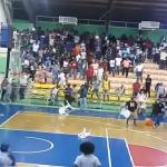 """بالفيديو.. مباراة كرة السلة تنقلب إلى ميدان اقتتال بـ""""الكراسي"""""""