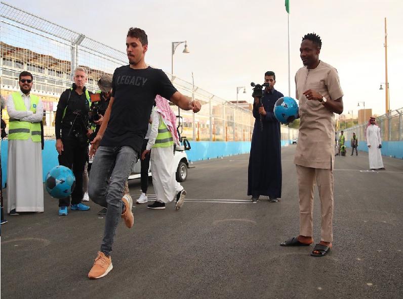 """شاهد.. تحدي بين """"ادواردو"""" و """"أحمد موسى"""" في تسديد الكرة!"""