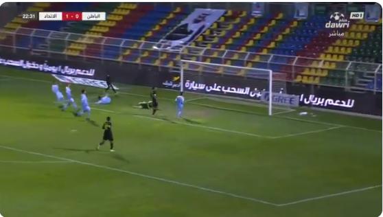 بالفيديو..فهد المولد يسدد كرة خطيرة تمر بجانب مرمى الباطن