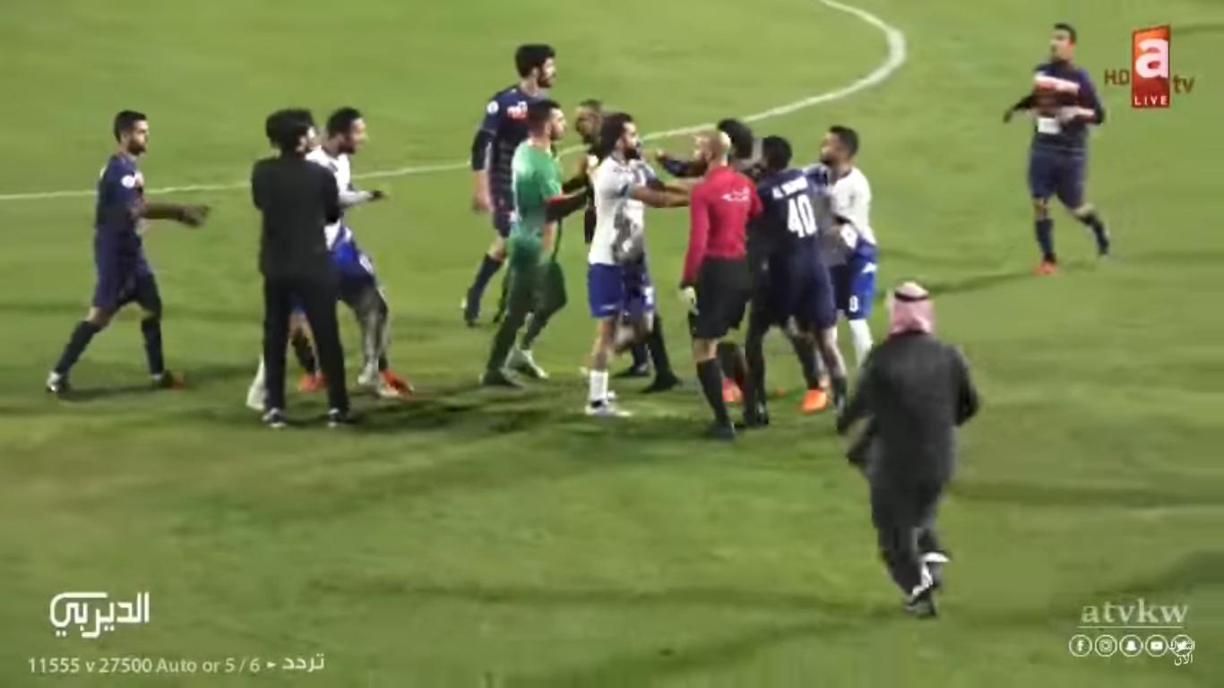 مضاربة بين اللاعبين تنتهي بطرد 5 لاعبين في الكويت – فيديو
