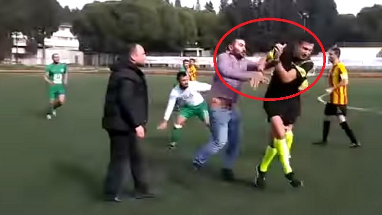 شاهد.. اعتداء جماعي عنيف على حكم مباراة كرة قدم في تركيا
