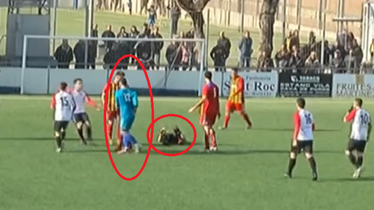 بالفيديو.. حارس مرمى إسباني يسجل بيده هدفا قاتلا ويركل الحكم بعد إلغائه