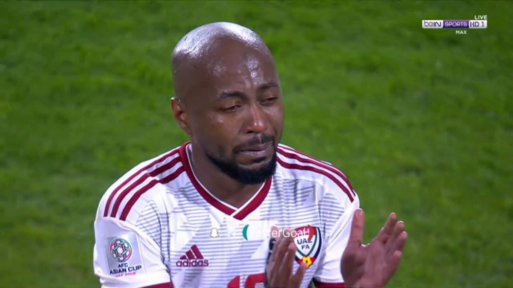 بالفيديو..لاعبو منتخب الإمارات يدخلون في نوبة بكاء بعد الهزيمة من قطر في كأس آسيا