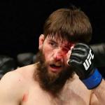 شاهد.. مقاتل يسقط خصمه بضربة قاضية عنيفة