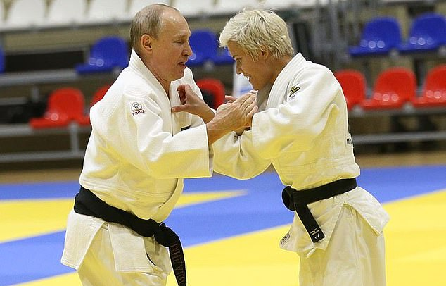 """بالصور..حسناء روسية تطرح بوتين أرضًا خلال مباراة """"الجودو"""""""