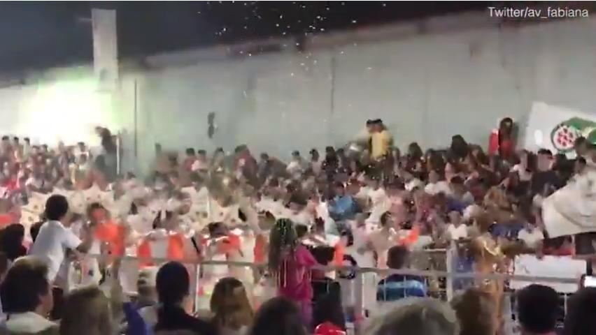 بالفيديو..لحظة مروعة.. إنهيار مدرج الجماهير أثناء احتفالية في الارجنتين