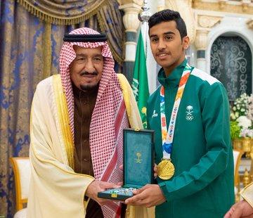شاهد.. خادم الحرمين يمنح وسام الملك عبدالعزيز للاعبي المنتخب الحاصلين على ميداليات أولمبية