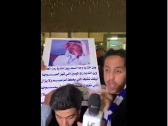"""بالفيديو..مشجع هلالي يرفع لافته قائلاً : """"تبون الهلال يرجع هذا يرجع """"!"""