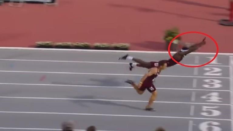 شاهد.. عداء أمريكي يتحول إلى سباح للفوز بسباق 400 متر حواجز