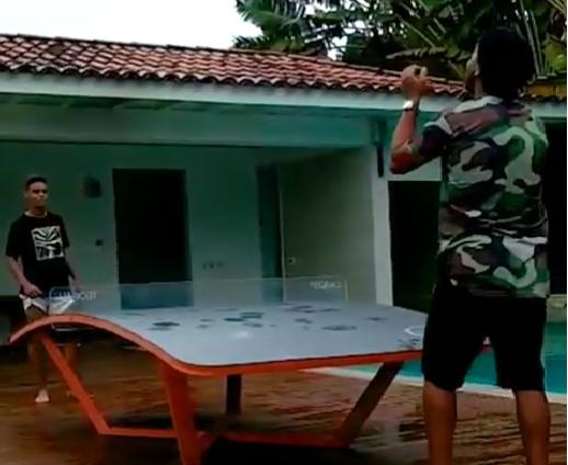 شاهد.. رونالدينيو يلعب بالكرة مع نجله جواو لاعب كروزيرو