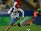 """لاعب تشيلي يعرقل """"ديكا"""" بشريا اقتحم الملعب ( فيديو)"""