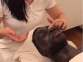 شاهد..غوميز يخضع لجلسة تنظيف بشرة خلال قضاء اجازته