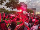 بعد فوز منتخبهم.. شاهد : جزائريون يحتفلون في شوارع باريس والشرطة الفرنسية تتدخل!