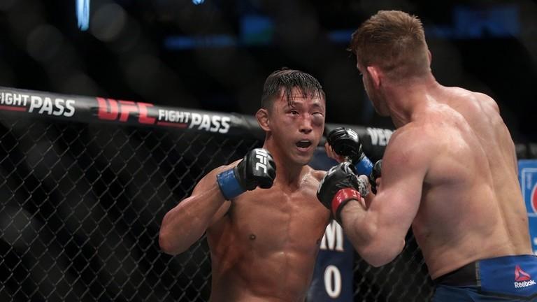 شاهد.. مقاتل يتلقى إصابة قوية في العين