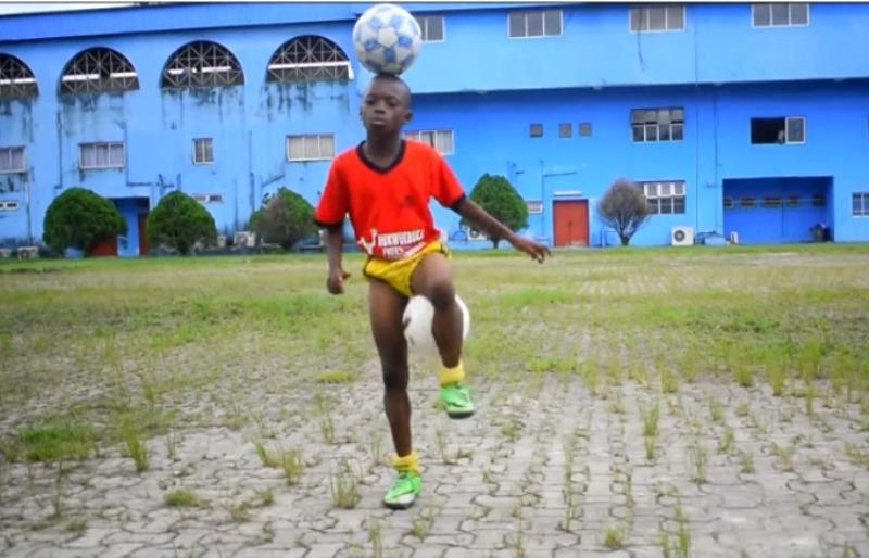 شاهد.. كيف يداعب طفل نيجيري محترف الكرة