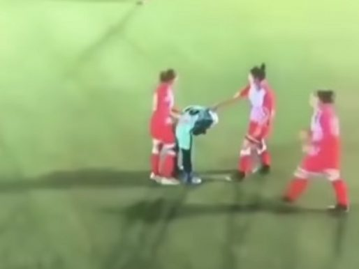 شاهد .. تصرف استثنائي من لاعبات الفريق الخصم بعد سقوط الحجاب عن رأس منافستهن