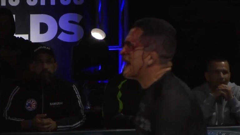 """بالفيديو.. مقاتل يهزم خصمه بالفنية القاضية """"بالصفعات"""""""