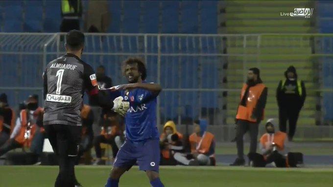 """شاهد.. ماذا حدث بين"""" الشهراني والمعيوف"""" في نهاية مباراة الهلال والشباب؟!"""