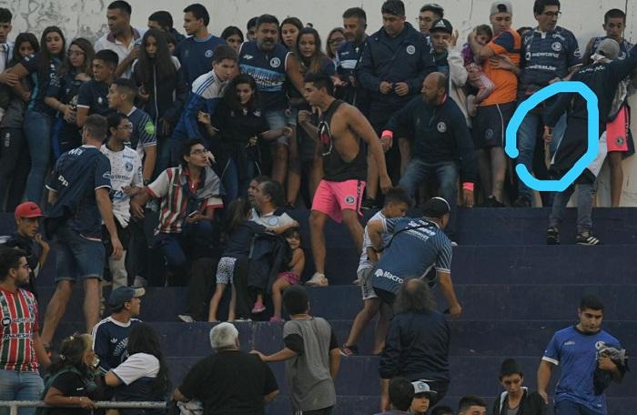 """شاهد .. اشتباكات بين مشجعين مسلحين في المدرجات بـ""""الأرجنتين"""""""