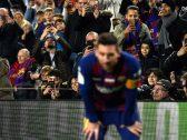 """شاهد.. جماهير برشلونة يشجعون """"ميسي""""  في زمن الـ""""كورونا"""" على طريقتهم الخاصة"""