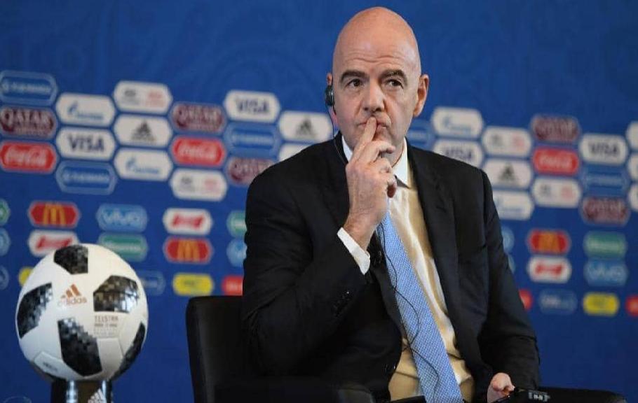 """الفيفا يعلنها: كورونا سيجبرنا على """"تغيير كرة القدم"""""""